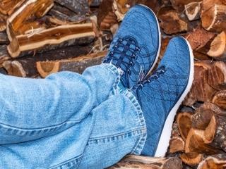Jak nosić sneakersy? Poradnik dla dojrzałych pań