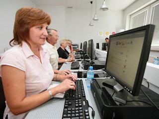 Tydzień przedsiębiorczości. Akademia e-Seniora zwiększa szanse osób 50+ na rynku pracy.