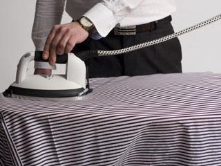 mężczyźni prasujący ubrania
