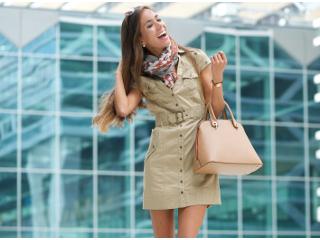 Brązowa torebka kontra dress code