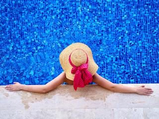 Majtki kąpielowe ze spódniczką, by zakryć masywne uda na plaży.