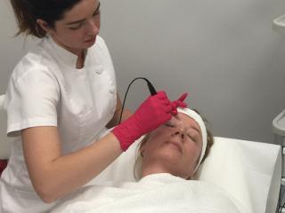 O zastosowaniu fal radiowych w zabiegu kosmetycznym opowiada Marta Kociatyń z kliniki Ars Estetica.