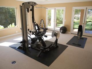 Domowa siłownia usprawnia trening i ćwiczenia fizyczne.