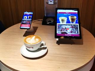 Smartfony w towarzystwie pysznej kawy