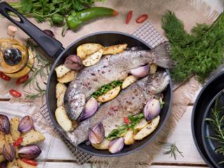 Pieczony pstrąg z ziemniakami
