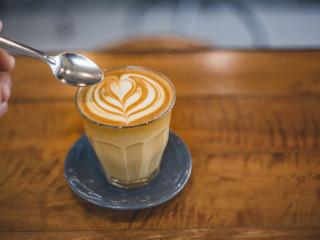 Kawa z mlekiem idealna na popołudnie.