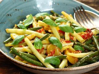 Fasolka szparagowa z pomidorami i bazylią