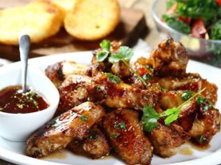 Przepis na grillowane skrzydełka z kurczaka w marynacie z wiśniówki.