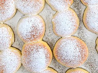 Przepis na pieczone w piekarniku pączki.