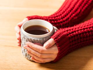 Jak przyrządzić idealną, rozgrzewającą herbatę na zimowe wieczory?